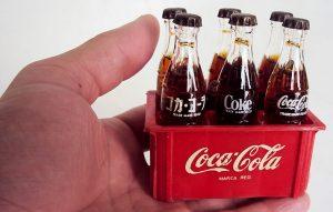 Engradado de mini garrafinhas Coca-cola