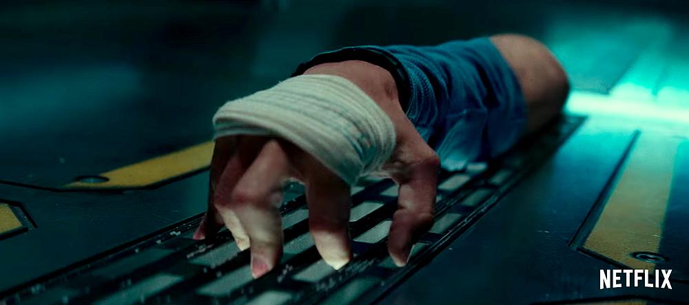 Personagem de The Cloverfield Paradox: Um braço, no estilo Família Adams