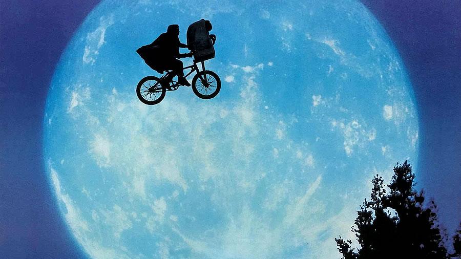 Icônica cena da bicicleta no filme ET dos anos 80
